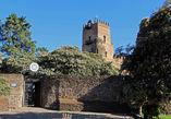 Центральный вход в крепость находится неожиданно не на главной площади Гондэра, а где-то в глубинке. Над воротами висит знак ЮНЕСКО.