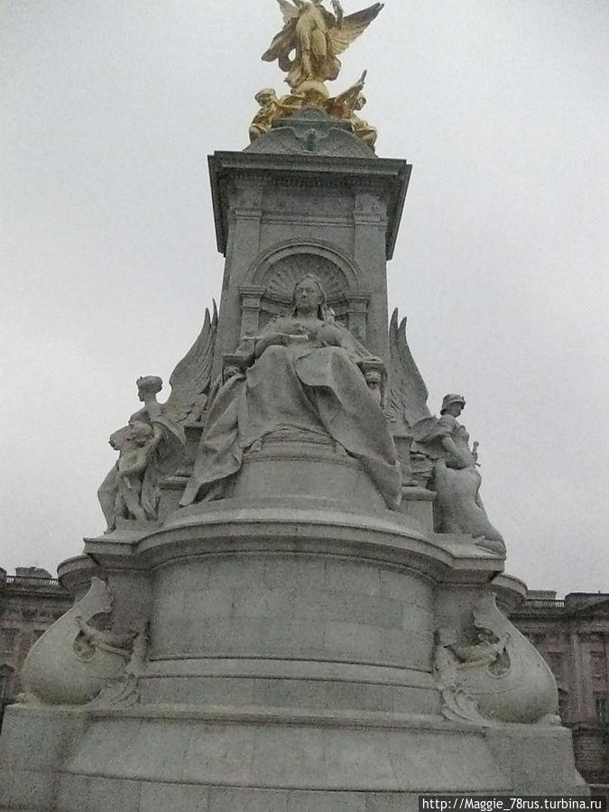 Лицо статуи королевы обращено в северо-восточном направлении, к улице Мэлл, связывающей Букингемский дворец с Трафальгарской площадью
