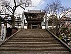 Ворота — самая старая постройка на территории (семнадцатый или восемнадцатый век, я точно не понял; остальные постройки датируются началом девятнадцатого века)