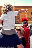 Вначале на центральной площади разыгрываются сцены суда над Христом, а потом через весь город идёт театрализованная процессия, изображающая последние моменты жизни Иисуса Христа — зрелище поистине уникальное и грандиозное.
