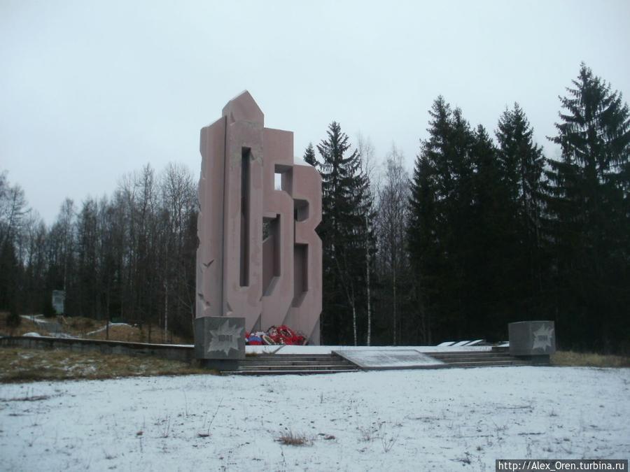 Мемориал является тринадцатиметровой стелой в форме цифр 105.3