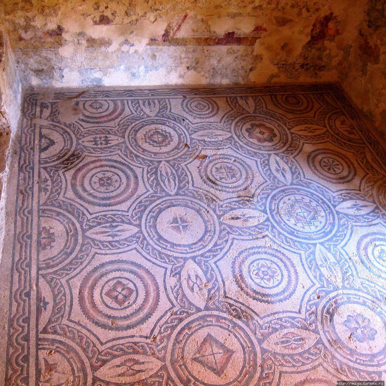 кстати, тут тоже частично сохранились фрески на стене Пьяцца-Армерина, Италия