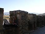 В течение столетий замок переходил из рук в руки: им владели короли Кастильи и Леона, их родственники и фавориты... В 1450 году древняя крепость была отреставрирована и расширена. Были отремонтированы и укреплены старые башни, появились новые. В замке оборудовали винные погреба и оружейный зал. А на въездной башне появилась еще одна надпись: