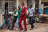 Местные модники предпочитают яркие цвета и не отпарывают бирки.