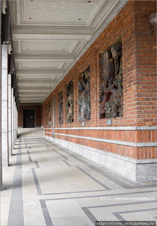 17. Справа и слева вдоль башен идут галереи, где расположены барельефы, изображающие сцены из норвежского народного эпоса. Это правая галерея.