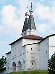 Святые врата с надвратными церквями (вход в монастырь)