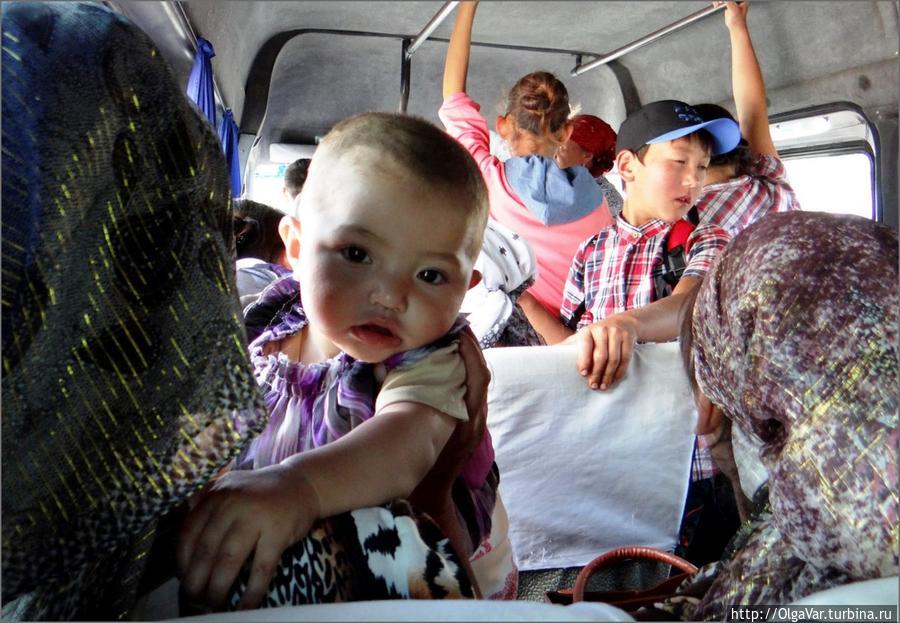 В маршрутке — маленький путешественник Арсланбоб, Киргизия