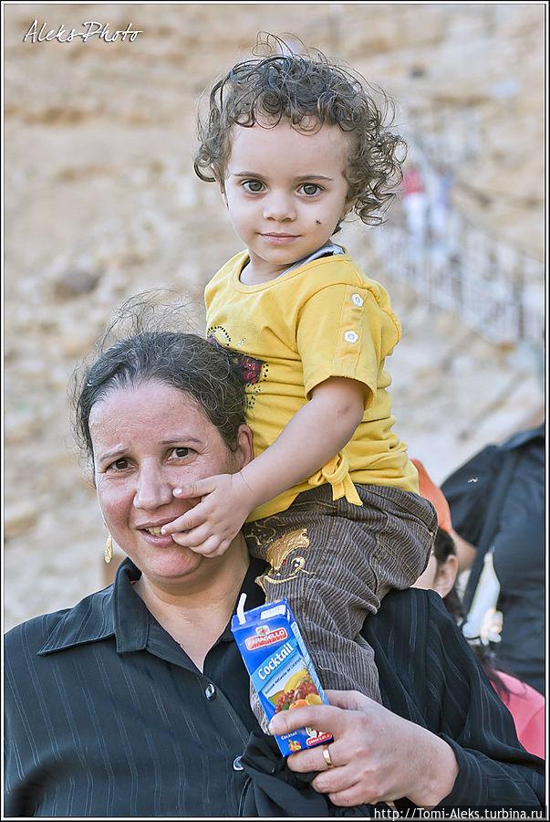 На шее у мамки. Мне понравилось, что все, кого я фотографировал, улыбались. даже не скажешь по цвету кожи, что эти люди живут в Африке... * Египет
