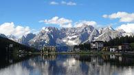 Водная гладь отражает утреннее небо. Озеро Мизурина — жемчужина Доломитовых Альп. Расположено в дюжине километров от Кортина д'Ампеццо по пути в Тре Чиме ди Лаваредо. Высота над уровнем моря 1754 метра.  Кстати на озере Мизурина мы будем ночевать в июле этого года в рамках похода