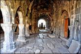 Внутри все сооружения украшены резьбой по камню, барельефами, и другими декоративными элементами.
