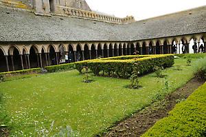 Внутренний дворик клуатра. Сад внутри клуатра, восстановленный в 1965 году, привнес в мир камня обаяние живой природы.