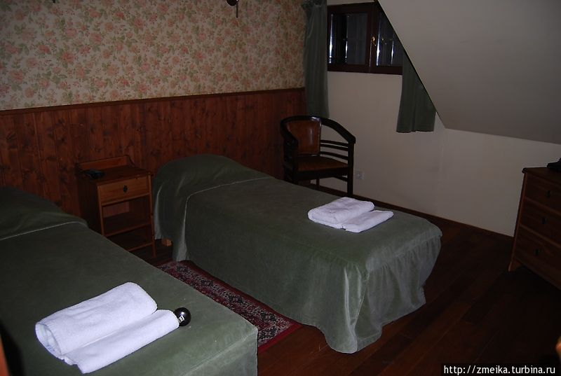 Наша комнатка — справа надвисающая крыша, маленькое окошко рядом. Если сдвинуть кровати, влезет еще двуспальный надувной матрас :)