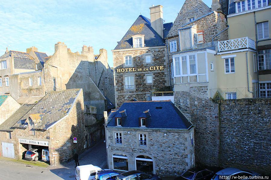 Вид на отель с крепостной стены.