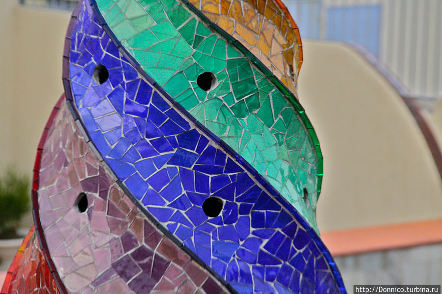 закрученное в спираль из семи цветов