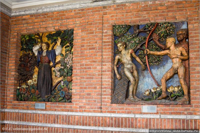 20. Два барельефа из галереи с левой стороны.