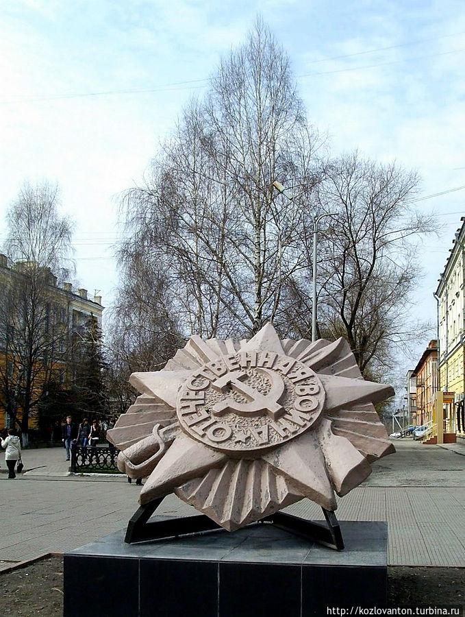 Сквер памяти, начинающийся сразу за монументом с артиллерийским орудием. Ленинск-Кузнецкий, Россия