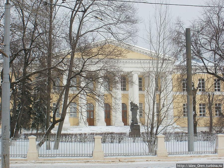 Мариинская больница для бедных построена в начале XIX века по указу вдовствующей императрицы Марии Фёдоровны. Архитектор И.Жилярди.