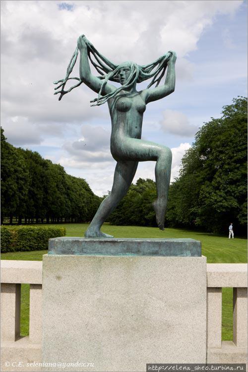 10. Озорная девица, самая весёлая скульптура парка.