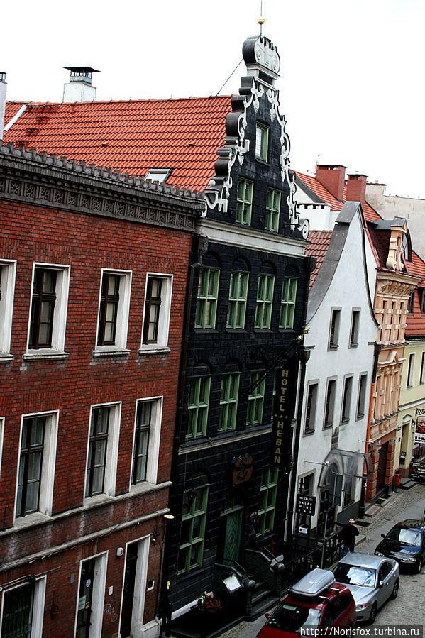 Вид на основной корпус отеля с балкона корпуса противоположного