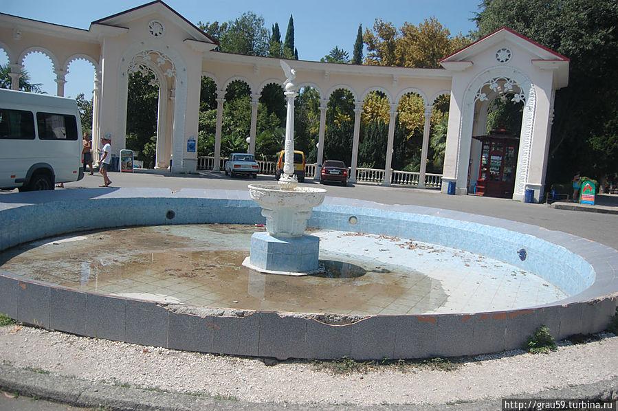 Площадь с колоннадой и фонтаном
