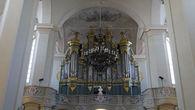 Нынешний орган на 65 голосов и с 3600 трубами — самый большой в Литве. На органных хорах установлен бюст композитора Станислава Монюшко, который в 1840—1858годах жил в Вильне и несколько лет был органистом костёла.