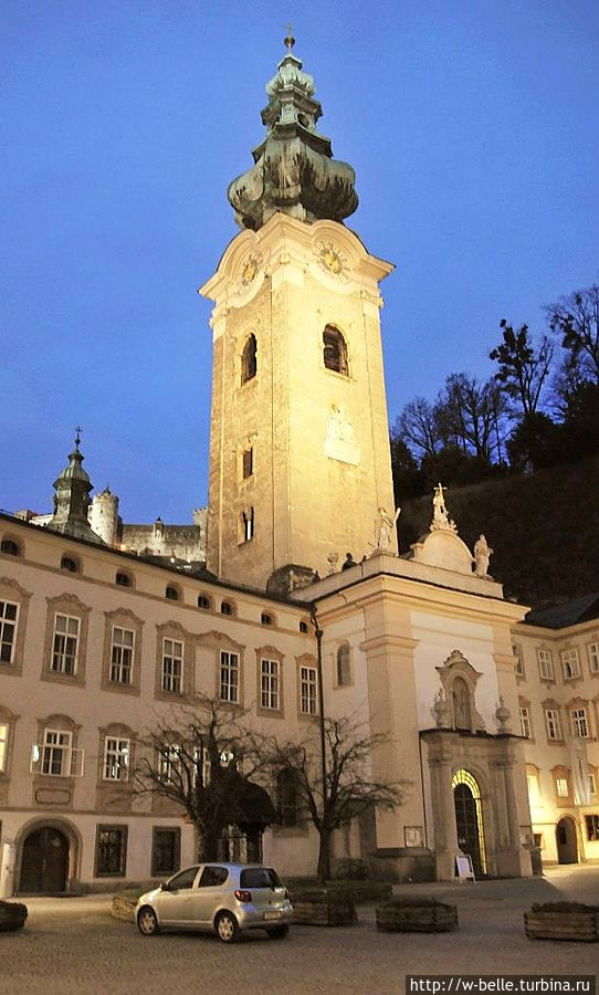 Бенедиктинское аббатство Св. Петра (Stift Sankt Peter). Основано св. Рупертом около 690 года, с чего началось развитие города; функционирует в качестве мужского монастыря до настоящего времени.