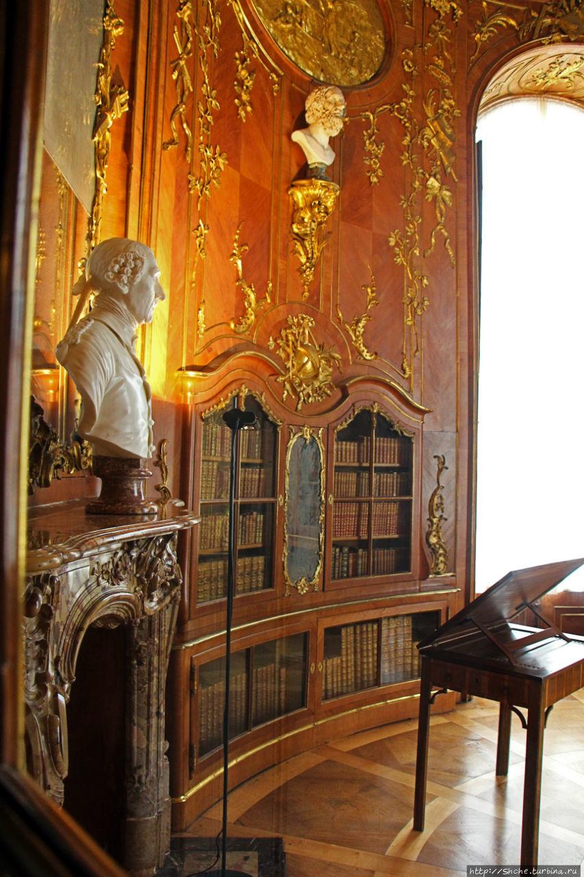 личная библиотека, король очень любил читать и собирал коллекцию книг...