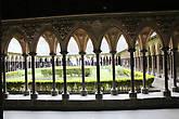 Хрупкие колонки внутренней стены для большей устойчивости расположены в шахматном порядке, их вершины объединяют маленькие диагональные арки. Эти колонки оказывают действенное сопротивление давлению кровельного навеса.