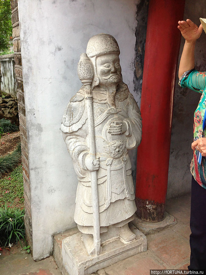 Статуя воина