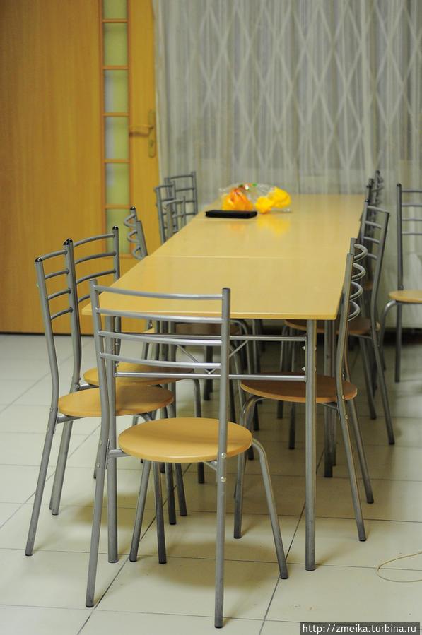 Таких столов на большой кухне несколько