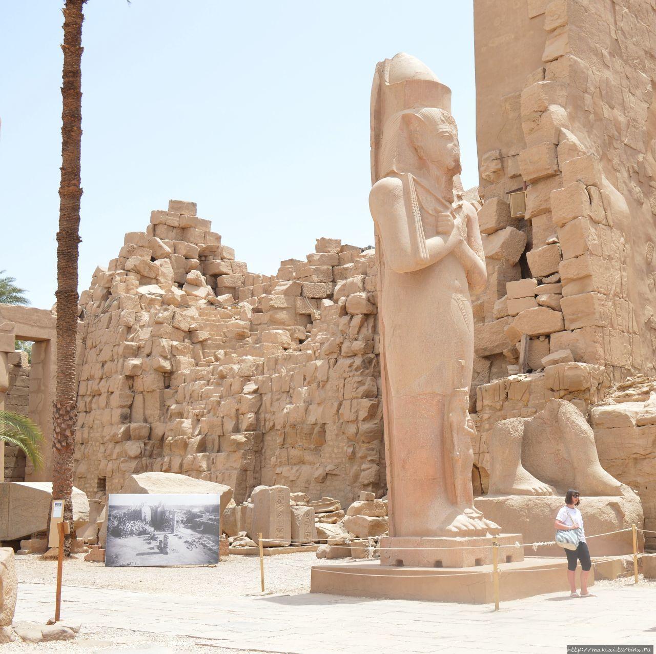 Статуя Рамсеса II с его дочерью Мерит-Амон. Луксор, Египет