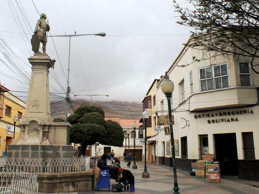 Plaza 6 de Agosto — монумент на пешеходной улице Padilla (восточная оконечность площади)