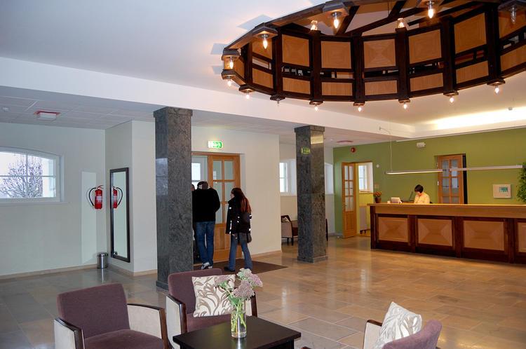 В холле гостиницы