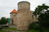 Западная башня — та, что с крышей в строительных лесах.