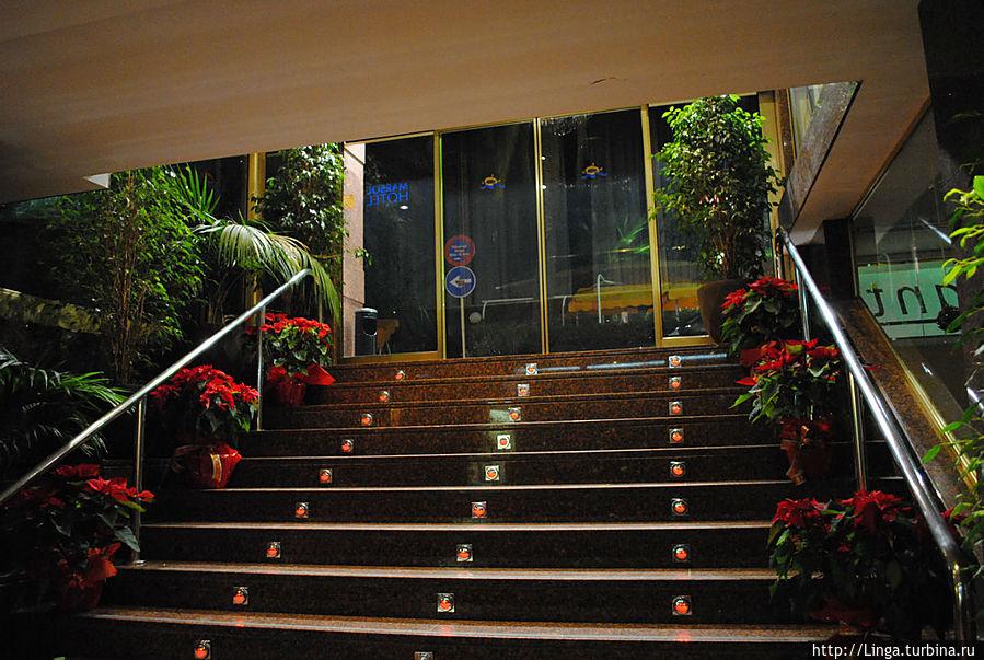 Вход в отель — вниз по лестнице. На первом этаже — ресторан со входом с улицы.