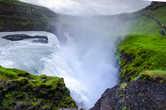 Водопад срывается с нижней ступени и резко уходит влево