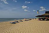 Вдоль берега всюду стоят заведения, где можно отобедать, но надо выбирать домики покрупнее — там точно не будет анти-санитарии. Вдоль берега можно идти бесконечно — 110 км. сплошных пляжей... *
