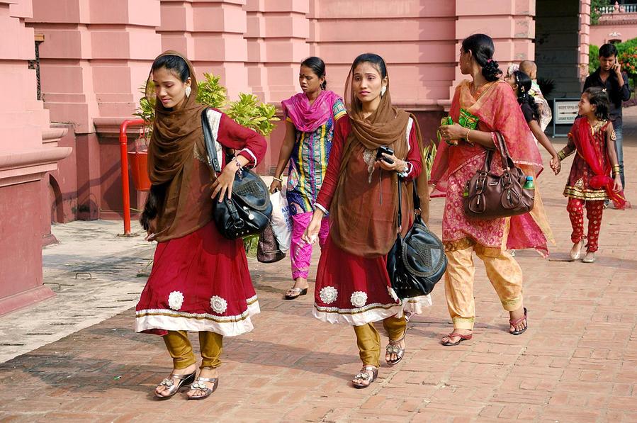 Сестры-близнецы заплатили по 5 така и пришли отдохнуть от срача на улицах