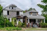 14. Соседство в Детройте. Домик справа явно никогда не оставляли. Поставили решетки, огородились заборчиком и так и живут. В мертвом, но зато родном районе.