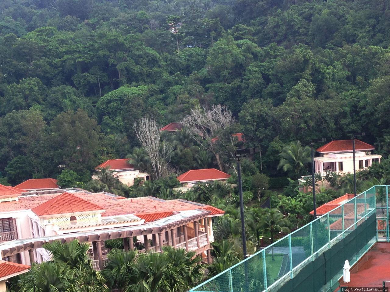 Вид на виллы отеля из корпуса 5