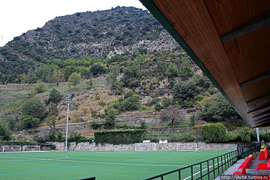 а это искусственное поле стадиона Camp d'Esports d'Aixovall Аиксоваль, Андорра