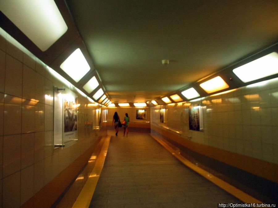 Подземный туннель, ведущий из здания автобусной станции к пляжу