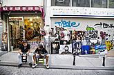 Местами квартал напоминает Барселону, и не только по стилю архитектуры, но и по духу: узкие улочки, суета, множество необычно ярко одетых людей и туристов. Все это первые впечатления от прогулки, но, как правило, они бывают самые верные.