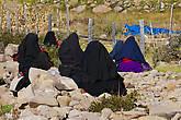 Женщины в национальных одеждах. Лиц они не прячут от туристов, просто сидели спиной ко мне