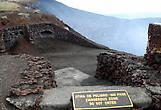 На краю кратера Сантьяго вулкана Масайя
