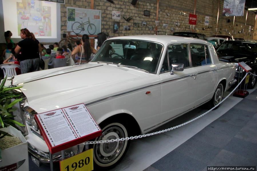 Роллс-Ройс Сильвер Шэдоу. Этот автомобиль класса люкс выпускался в Великобритании с 1965 года. Эта модель была выпущена в наибольшем количестве, чем какая либо другая модель Роллс-Ройса.