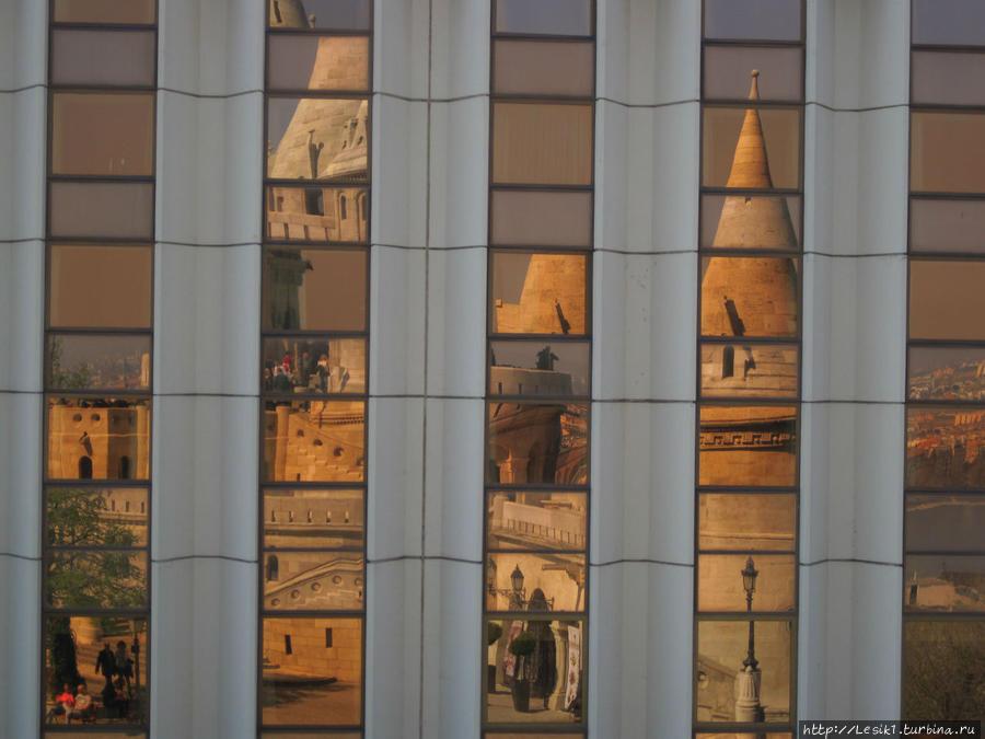 Отражение Рыбацкого бастиона в здании напротив