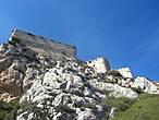 Из-  за высоты скалы ( 630 м. над уровнем моря ) и небольших размеров , крепость как бы висит в воздухе.