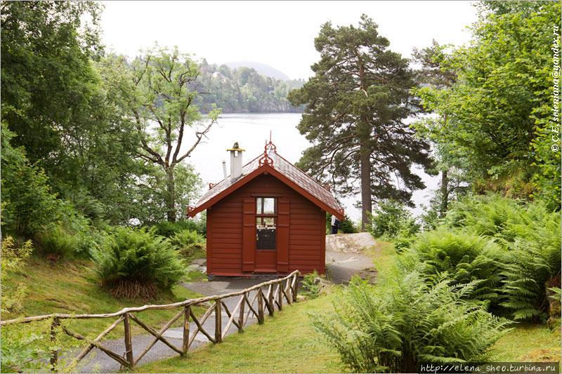 14. И здесь мы наконец видим маленький красный домик. Он служил Григу кабинетом, тут он в уединении сочинял музыку.