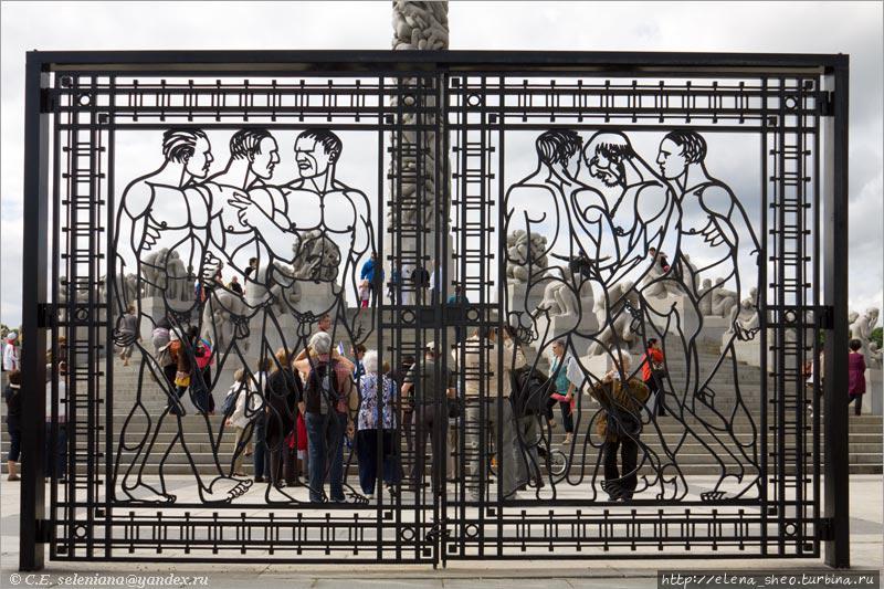 30. Поднявшись по лестнице, проходим в кованые фигурные ворота. На воротах та же тема – люди. Мне понравились ворота — деталь, вроде бы совсем необязательная для этого места. Зачем ворота, что там закрывать? Без них можно спокойно обойтись, но с ними интереснее. Они смягчают тяжеловесность каменных изваяний, придают изысканность этой композиции. Люди на воротах тоже обнажённые — единство концепции соблюдается во всём.